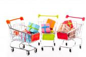 dekoratív kis bevásárlókocsik ajándék dobozok elszigetelt fehér