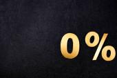 horní pohled na zlaté 0 procent značky na černém pozadí