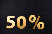 horní pohled na 50 procent značky na černém pozadí