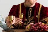 szelektív fókusz a szőlő és a királynő király a háttérben elszigetelt szürke
