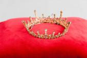királyi korona vörös párnán elszigetelt fehér