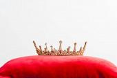 királyi korona piros párnán elszigetelt fehér fénymásolási hely