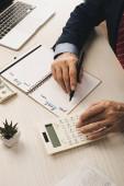 kivágott kilátás ügynök írás notebook bérleti díj és vásárlás betűk közelében pénz, laptop és számológép