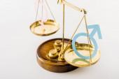 selektivní zaměření justiční stupnice s různými pohlavími izolované na bílém, konceptu sexuální rovnosti