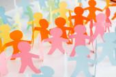barevný papír řezané řetězy lidí na bílém, lidská práva koncept