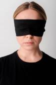 mladá žena se zavázanýma očima, izolovaná na bílém,