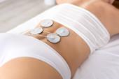 Fényképek Vágott kilátás stimulációs elektródák hátán nő elektroterápia során a klinikán