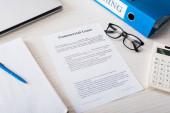 Fotografie Ansicht von Ordner, Taschenrechner, Stift und Brille in der Nähe von Dokumenten mit gewerblichem Leasingaufdruck auf dem Schreibtisch