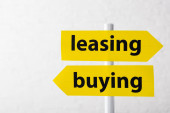 směrové šipky s leasingem a kupováním písmen izolovaných na bílém