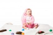 Fényképek Gyerek visel nyúl jelmez, kiabál a takarón színes dekoráció elszigetelt fehér