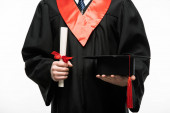 Az érettségi sapkával és oklevéllel rendelkező, fehér alapon izolált diák elölnézete