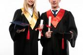 Az érettségi sapkával és fehér alapon izolált oklevéllel rendelkező diákok elölnézete