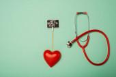 Top kilátás sztetoszkóp, dekoratív szív és kártya világegészségügyi nap felirat zöld háttér