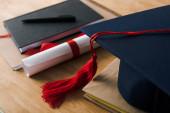 Selektivní zaměření notebooků s perem, diplomem a maturitou na dřevěném pozadí