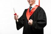Oříznutý pohled na šťastného studenta s diplomem izolovaným na bílém