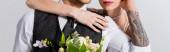 kivágott kilátás tetovált menyasszony átölelő vőlegény elszigetelt szürke, panorámás lövés