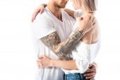 oříznutý pohled na sexy mladé tetované pár objímání izolované na bílém