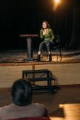 selektivní zaměření profesionálního divadelního režiséra a atraktivní herečka vystupující na jevišti