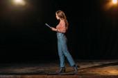 krásná herečka vystupující na jevišti v divadle