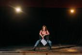 atraktivní mladá herečka se scénářem představení role na jevišti v divadle