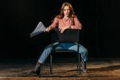 mladá herečka se scénářem vystupující role na jevišti v divadle