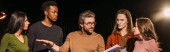 Photo panoramic shot of multiethnic actors and actresses rehearsing with theater director on stage