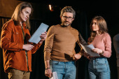 Photo young actor and actress on rehearse with mature theater director