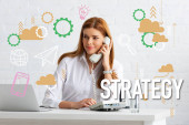 Photo Successful businesswoman talking on phone at table with glass of water and laptop, strategy illustration