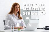 Vonzó üzletasszony néz el az asztalra laptop és telefon, mit a marketing stratégia illusztráció