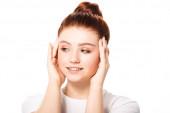 krásná usměvavá fenka teenager s čistou pletí, izolované na bílém