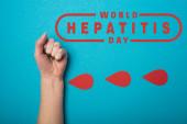 Top kilátás papír csepp vér közelében női ököl kék háttér, világméretű hepatitis nap illusztráció