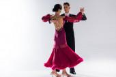 elegáns fiatal pár báli táncosok piros ruhában öltönyben tánc fehér