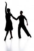 siluety elegantního páru tanečníků tančících na bílém
