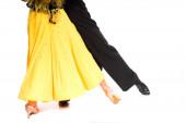 kivágott kilátás elegáns fiatal pár báli táncosok sárga ruhában és fekete öltöny tánc elszigetelt fehér