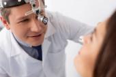 selektivní zaměření pozorného otolaryngologa na pacienta vyšetřujícího reflektor
