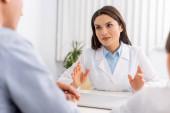 szelektív fókusz vonzó orvos beszél a betegek