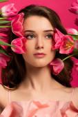 Fényképek vonzó lány gazdaság tavasz tulipán virágok elszigetelt rózsaszín