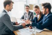 Selektivní zaměření zaměstnance s životopisem během pracovního pohovoru s náboráři v kanceláři