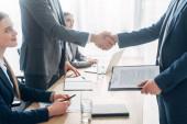 Boční pohled na zaměstnance s životopisem potřesení rukou s náborářem při pohovoru v kanceláři