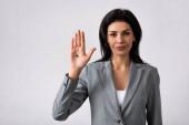 Fotografie Geschäftsfrau zeigt Hand mit schwarzem Punkt auf Handfläche und steht auf weißem, häuslicher Gewalt-Konzept