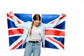hübsches Mädchen mit Zopf hält uk Flagge isoliert auf weiß