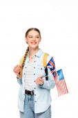 glückliches Mädchen mit Zopf und Rucksack mit Fahnen Amerikas und des Vereinigten Königreichs isoliert auf weiß