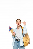 aufgeregtes Mädchen mit Rucksack, der nach oben zeigt und Bücher und UK-Flagge auf weißem Grund hält
