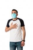 Fényképek beteg férfi orvosi maszk megérintése mellkas elszigetelt fehér