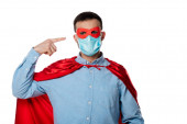 férfi szuperhős jelmez köpeny ujjal mutogatott orvosi maszk elszigetelt fehér