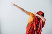 Fotografie Frau im Sari bedeckt Gesicht isoliert auf grau