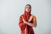 Mladý indián žena v sari ukazuje žádné gesto izolované na šedé
