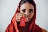 Männliche Hand hält Preisschild mit Dollarzeichen in der Nähe Gesicht der weinenden indischen Frau isoliert auf grau