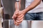 Selektivní zaměření muže mytí rukou doma