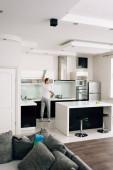 selektivní zaměření muže úklid moderní kuchyně doma